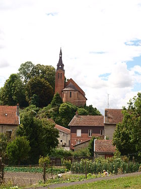 L'église surplombant le village