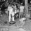 Barbecue tijdens een feest, waarschijnlijk op Curaçao, Bestanddeelnr 252-3468.jpg