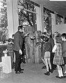 Beeldententoonstelling in Stedelijk Museum, een klas met rondleider bij houtplas, Bestanddeelnr 918-2687.jpg