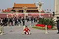 Beijing-Tiananmen-48-Tor des himmlischen Friedens-Frau-gje.jpg