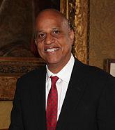 Belizean Prime Minister, dekana Manĉaro en Londono, 27 junio 2013 (altranĉite).jpg