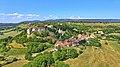 Belvoir, le village et son château.jpg
