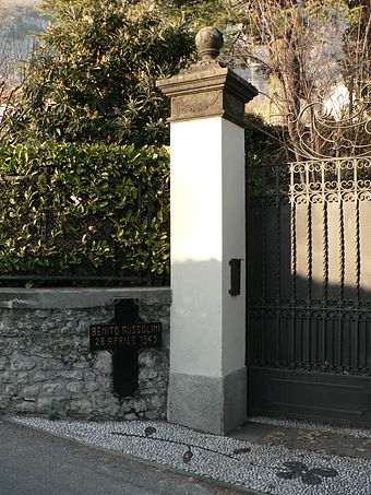 The entrance to the Villa Belmonte. A black cross in the wall marks the site of execution. Benito mussolini house.jpg
