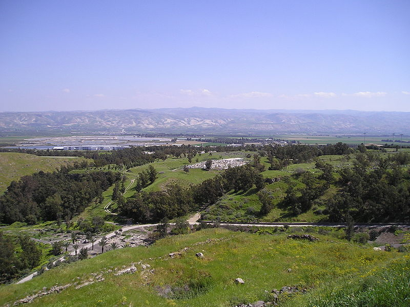 File:BetShe'an - panorama of mountains in Jordan with Tell El-Husn.jpg