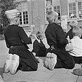 Bevrijdingsfeesten. Volendam viert de bevrijding. Kinderen kijken naar poppenkas…, Bestanddeelnr 900-5397.jpg