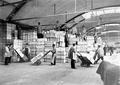 Brotreserven für französische Kriegsgefangene werden gestapelt - CH-BAR - 3240152.tif