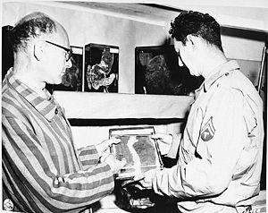 guía muestra a un soldado estadounidense frascos con órganos humanos