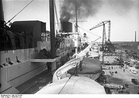 """Bundesarchiv Bild 102-01055, Dampfer """"Bremen"""" im Hafen.jpg"""