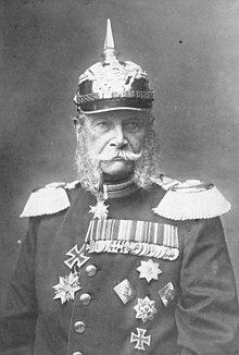 Wilhelm I. in Uniform mit Orden und Pickelhaube, 1884 (Quelle: Wikimedia)