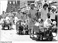 Bundesarchiv Bild 183-1987-0704-066, Berlin, 750-Jahr-Feier, Festumzug, Kinder in Bollerwagen.jpg