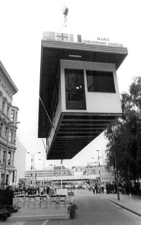 Bundesarchiv Bild 183-1990-0622-028, Berlin, Abriss Checkpoint Charlie