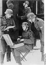 """Bundesarchiv Bild 183-L24655, Polen, Funker mit Verschlüsselungsgerät """"Enigma"""""""