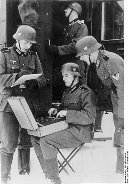 soldados alemanes utilizando Enigma