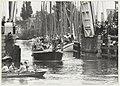 Burgemeester Schmitz voer op de boot van wethouder Bruijn de (plastic) ketting bij de Gravestenenbrug kapot, daarna gaf zij het startsein voor de Damiatetocht.JPG