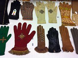 Centre de Documentació Museu Tèxtil de Terrassa- Reserves- Teixits- Guants002.JPG