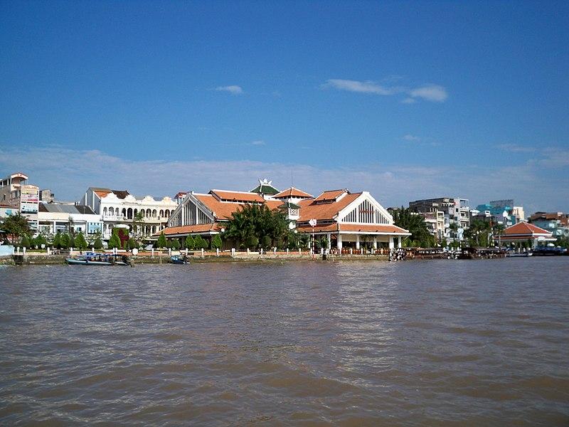 Chợ Ninh Kiều nhìn từ sông Hậu.jpg