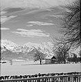 Chaletwoning in de sneeuw met op de achtergrond het Karwendel-gebergte, Bestanddeelnr 254-4303.jpg
