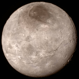 Charon gefotografeerd in 2015 door New Horizons.