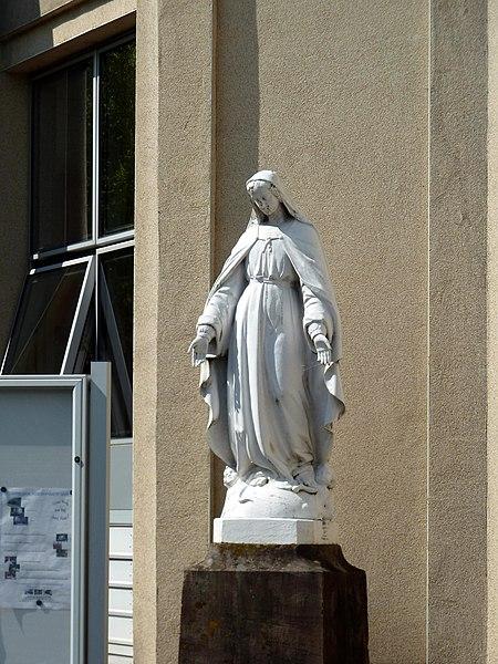 Cirey-sur-Vezouze (Meurthe-et-Moselle) - statue devant la maison de retraite sise dans un ancien couvent des Sœurs de la Charité de Strasbourg.