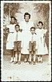 Collectie Nationaal Museum van Wereldculturen TM-60062301 Groepsfoto van vrouw met vier kinderen Jamaica W.G. Morais (Fotostudio).jpg