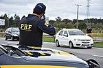 Com radares portáteis, equipe da PRF fiscaliza velocidade na BR-277 (34094488011).jpg