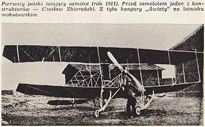 Czeslaw Zbieranski przed hangarami Awiaty 1911.jpg