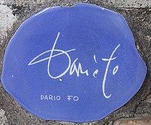Piastrella autografata da Dario Fo sul muretto di Alassio