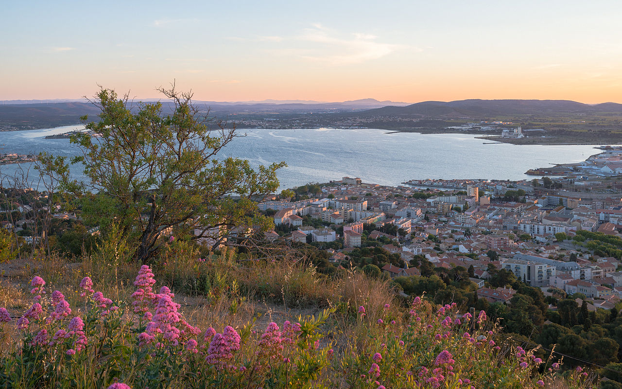 L'aube sur une partie de Sète et de l'étang de Thau (Hérault, France).  (définition réelle 4280×2675)