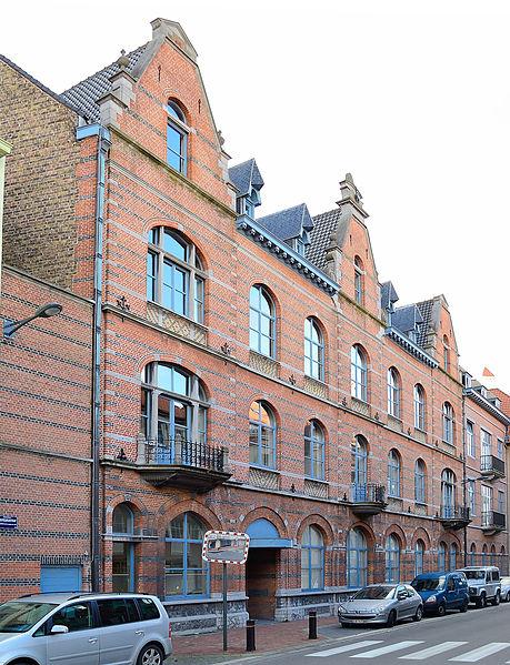 """Gebouw van deKunstAcademie te 8300 Knokke-Heist, België, gelegen aan de Sebastiaan Nachtegaelestraat 8-10, voorheen het """"Grand Hôtel de la Couronne""""."""