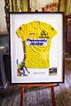 De gele trui van Teun van Vliet, is nog steeds te zien in eetcafé de Pomp in Baarle-Nassau.jpg