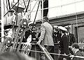 De gezagvoerder van de Amerigo Vespucci verwelkomt burgemeester Molendijk van Velsen aan boord van zijn schip. Aangekocht van fotograaf C. de Boer. - Negatiefnummer 19632 k 19. - Gepubliceer, NL-HlmNHA 1478 25900 K 38.JPG