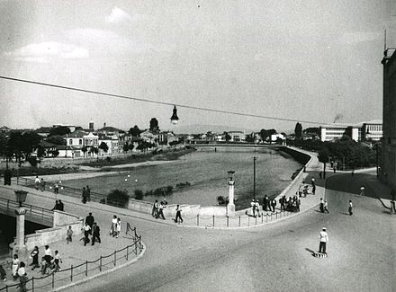The main river running through the center of Skopje c. 1950 Del od Skopje, 1950ti.jpg