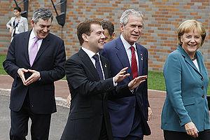 Merkel-Raute - Then-British Prime Minister Gordon Brown (left) during the 34th G8 summit in 2008, imitating Merkel's diamond gesture