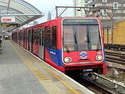Docklands Light Railway trein à Shadwell (12753975413) .jpg