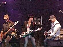 Dolcenera con la band durante un concerto a Castagnole delle Lanze (AT) il 30 agosto 2006