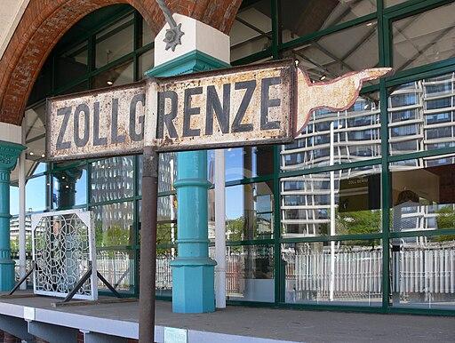 Schild mit der Aufschrift ZOLLGRENZE ( Deutsches Zollmuseum Hamburg)