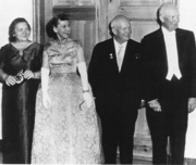 From left to right: Nina Kukharchuk, Mamie Eisenhower, Nikita Khrushchev and Dwight Eisenhower at a state dinner in 1959