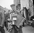 Een blinde accordeonist, Bestanddeelnr 191-0952.jpg