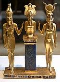 Dari kanan ke kiri: patung Isis, suaminya Osiris, dan putra mereka Horus, protagonis mitos Osiris
