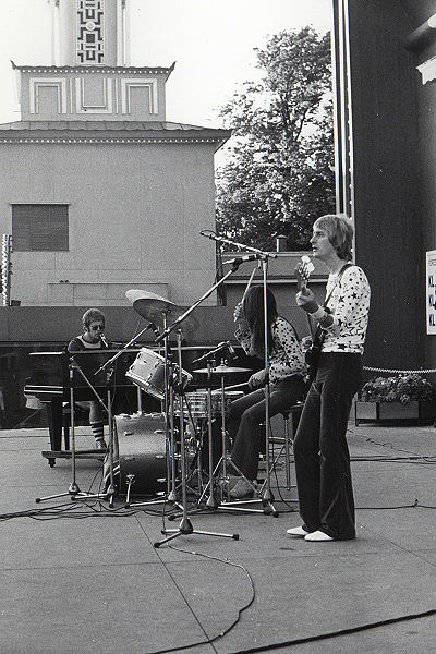 The Elton John band, while still a trio- Olsson in the center on drums, 1971 Elton John in concert in 1971.jpg