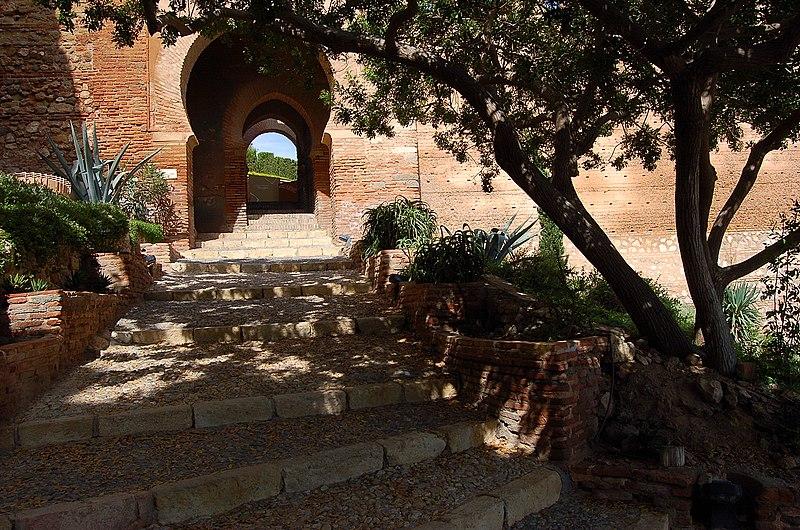 File:Entrada a la fortaleza - panoramio.jpg