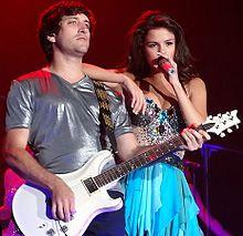 Selena Gomez e Ethan Robert durante un concerto del We Own The Night Tour