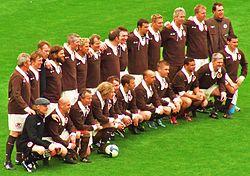 e3e1a645 Jugadores históricos del St. Pauli posan con una recreación de la  equipación de 1910, con motivo del centenario.