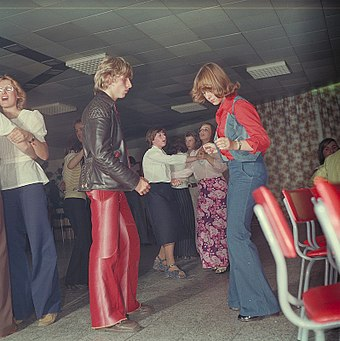 Dancers at an East German discotheque in 1977 Fotothek df n-15 0000413 Disko.jpg