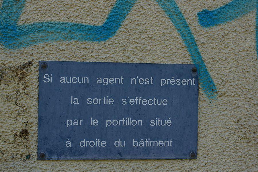 Ancien panneau d'information toujours présent sur le bâtiment voyageurs fermé.