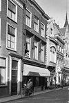 foto van Pand met lijstgevel, bakstenen pilasters en naar voren springend middenstuk, achtergevel eveneens met rechte kroonlijst