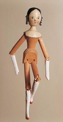 Bambola gardenese di legno dal Museo della Val Gardena