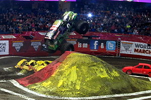 Monster Jam - Image: Gravedigger jumping