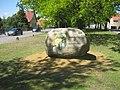 Hohenbocka, Dorfaue, Willkommen-Stein gegenüber Hausnr. 10, Südostansicht, Spätfrühling, 02.jpg