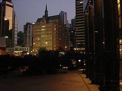 Νυχτερινή άποψη του Хονγκ Κονγκ, κοντά στον όρμο Wanchai.